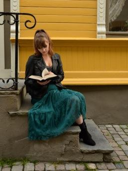 Foto: Anne Katharine Dahl | Tittel: Lesestund | Sted: Brattørveita | Noen trapper er som skapt for å sitte på. Lese, eller bare tenke.