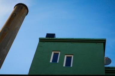 Foto: Anne Katharine Dahl   Tittel: Kubisme på taket   Sted: Gaubekveita   Se opp! Disse formene sto fram mot blå himmel da jeg løftet blikket i Gaubekveita.