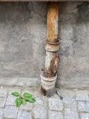 Foto: Christiane Wüllner   Tittel: Epoker   Fin blanding av grønn vekst/ugress med rusten opprinnelse i bakgrunnen og moderne verktøy som kontrast.