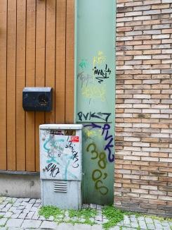 Foto: Christiane Wüllner | Tittel: Graffiti | Sted: Storchveita | Fargerik graffiti klemt i ikke mindre enn 3 forskjellige bakgrunner i veggen
