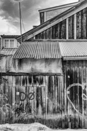 Foto: Eli Kristin Hårberg | Tittel: Bakgård | Sted: Brattørveita | Synes bildet viser et typisk hus fra en bakgård i Trondheim. Artig med den påmalte teksten på dørene som sier at det er en dør. Fint treverk.