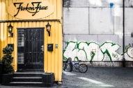 """Foto: Nina Tranø   Tittel: Fruen og graffitien   Sted: Gjelvangveita   Fascinerende kontrast mellom den fine """"Frøken Frue"""" og graffitien på naboveggen."""