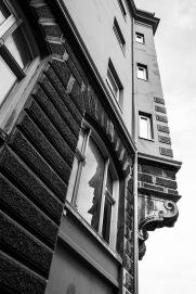 Foto: Anne Vognild Einum   Tittel: Høgt der oppe   Sted: Credoveita   Bryngården streber høgt, men ikke så høgt som den gang murhuset stod med stolte løkkuppel- tårn og høge spir. Bryngården har navn etter dr. Halfdan Bryn, som stod bak byggeprosjektet og bodde der med familie og sin legepraksis fra 1899. Det er stor kontrast mellom den ruvende murgården og de mer fattigslige husa i den smale veita. Credoveita har navn etter den danskfødte slakteren Ole Credo, som slo seg ned her på slutten av 1600-tallet.