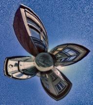 Foto: Ole P. Sannerud | Tittel: Gate møte veit | Sted: Krysset Krambugata/Brattørveita | Bildene er tatt med et kamera som fotograferer i 360 grader og er editert i etterkant. Kameraet sto helt nede på bakken.