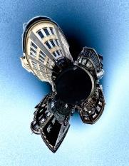 Foto: Ole P. Sannerud   Tittel: Gate møter veit   Sted: Krysset Nordre gate/Carl Johans gate/Ørjaveita   Bildene er tatt med et kamera som fotograferer i 360 grader og er editert i etterkant. Kameraet sto helt nede på bakken.