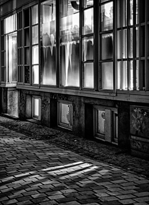 Foto: Harm Kroon | Tittel: Mystisk | Sted: Gaubekveita | Lyset fra butikkvinduene ga en spøkelsesaktig stemning.