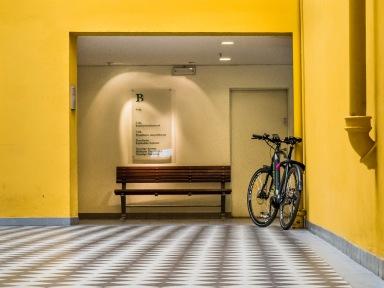 Foto: Liv Stadsøy   Tittel: Gårdsrom   Sted: Carl Johans gate   Gjennom porten til Carl Johans gate 3 gikk det mange mennesker ut og inn. Der var det tannlege, medisinsk senter, fysioterapeut m.m. Jeg gikk også inn, og kom inn i et gårdsrom med et nydelig flislagt gulv.