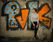 Foto: Anne Katharine Dahl | Tittel: Skriften på veggen | Sted: Brattørveita (gårdsrom) | Sterke meninger i store bokstaver. Et grått gårdsrom har fått farger.