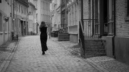 Foto: Anne Katharine Dahl | Tittel: Lady in Black | Sted: Brattørveita | Hvem er hun som vandrer i veita?