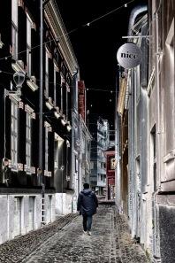 Foto: Eli Kristin Hårberg | Tittel: Mr. Nice | STed: Danielsbakerveita | Akkurat da jeg tok bildet kom denne mannen ut i veita rett under skiltet der det står Nice. Redigerte det så fargene ble helt omvendt for å få til et litt mere spennende bilde. Tittelen måtte bli Mr. Nice