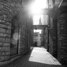 Foto: Morten Andersen   Tittel: Solstreif   Sted: Storchveita   Solstreif på lånt tid mellom høye hus.