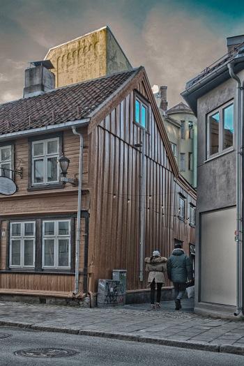 Foto: Harm Kroon   Tittel: To på veitvandring   Sted: Credoveita / Ørjaveita   To personer hjem etter en handel i et godt vedlikehold bydel